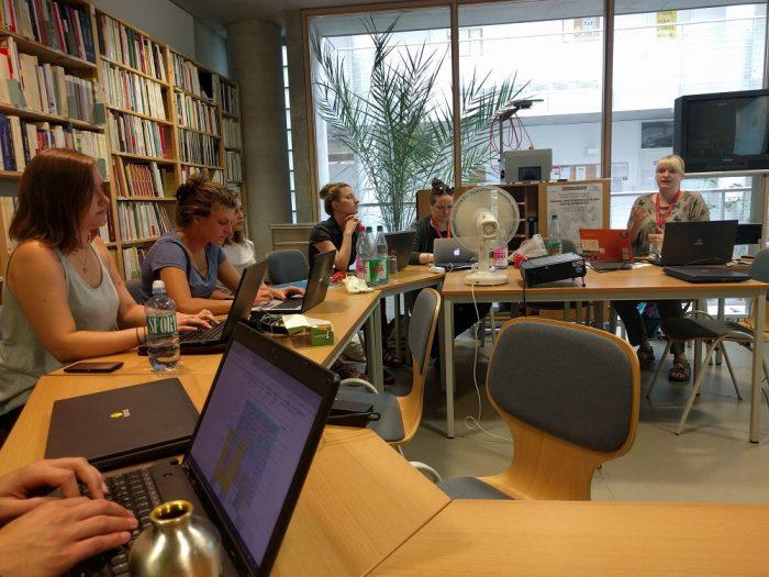 Воркшоп по цифровым изданиям и редактированию исторических текстов. Преподаватели: Johanna Green (вторая справа) и Kathryn Simpson (справа) из Шотландии