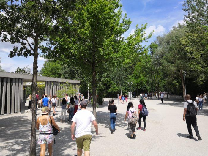 Короткий путь от остановки до входа в мемориал Дахау