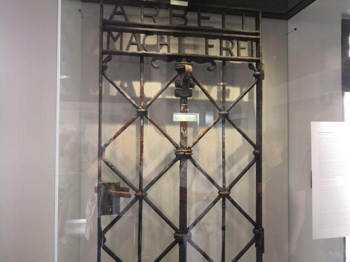 Arbeit macht frei, оригинал, находится в музее на территории комплекса