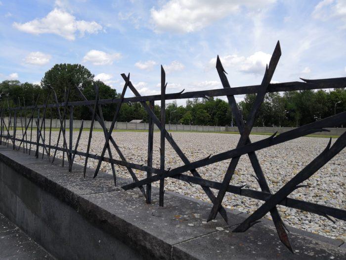 Стилизованный забор около еврейского монумента