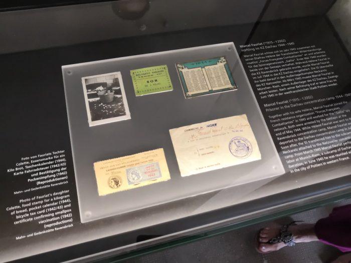В экспозиции много историй людей, рассказанных через личные вещи и документы. Тут вот фото годовалой дочери узника