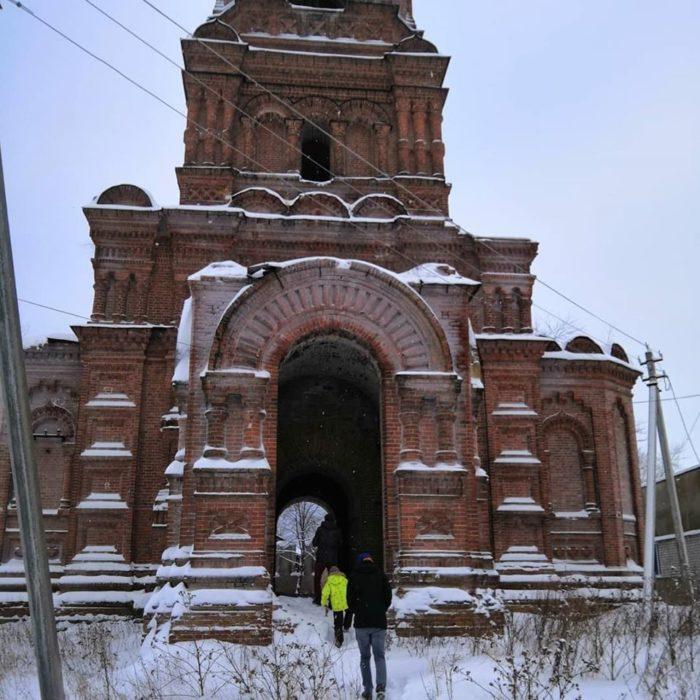 Богоявленская церковь в Майкоре, строили до революции, не достроили, потом частично разобрали кирпич. Рядом стоит деревянная действующая церковь