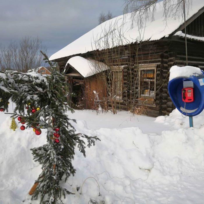 Дом на фото заброшен, за моей спиной разрушенная церковь с предыдущих фото и новогодняя елка