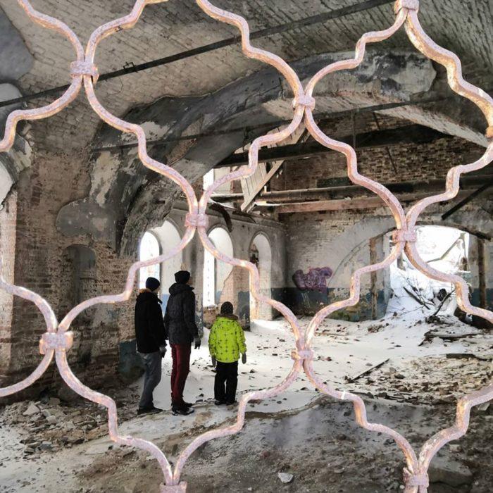 Преображенская церковь в Пыскоре. Внутрь можно забраться через окно. Падающие перекрытия замерли в полете и время как будто остановилось