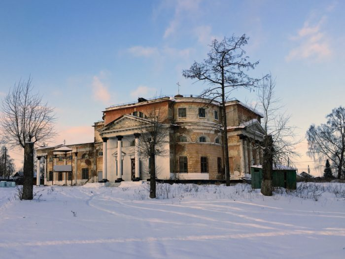 Билимбай, поселок в Свердловской области. Основан в 1734 году. На фото Свято-Троицкая церковь, заложенная в 1820 году. В советской время колокольню взорвали, потом тут был клуб, завод, кинотеатр