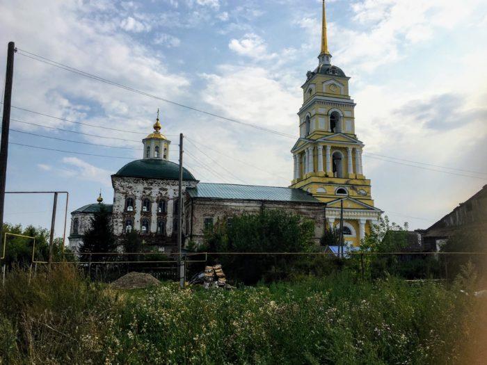 Церковь 18 века в селе Ленск Пермского края. Действующая, хотя была закрыта, мы не попали. Одну часть ярко отремонтировали
